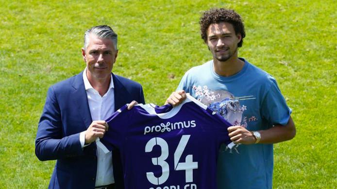 Philippe Sandler (rechts) poseert met directeur Michael Verschueren met het shirt van zijn nieuwe club: Anderlecht.