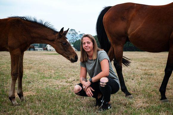 Jolien Schols (28) uit Hasselt werkt op een paardenranch in Australië. De boerderij dreigt ingesloten te geraken tussen twee grote bosbranden.