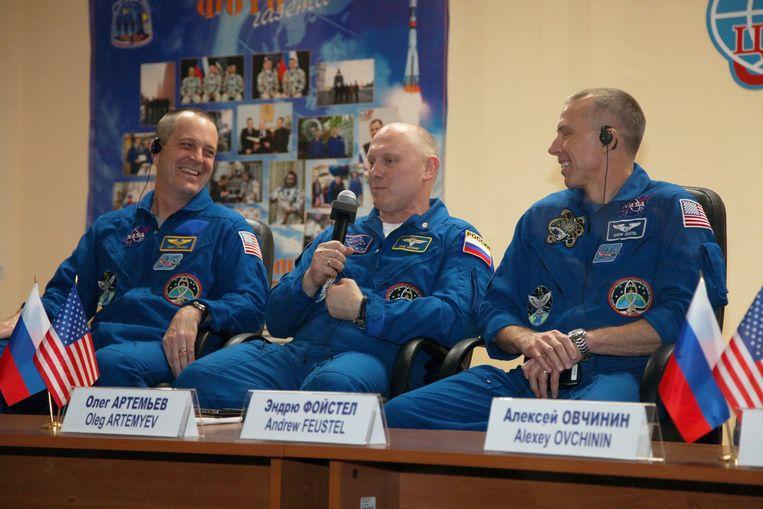 De bemanning die de WK-bal meeneemt voor een reisje door de ruimte.