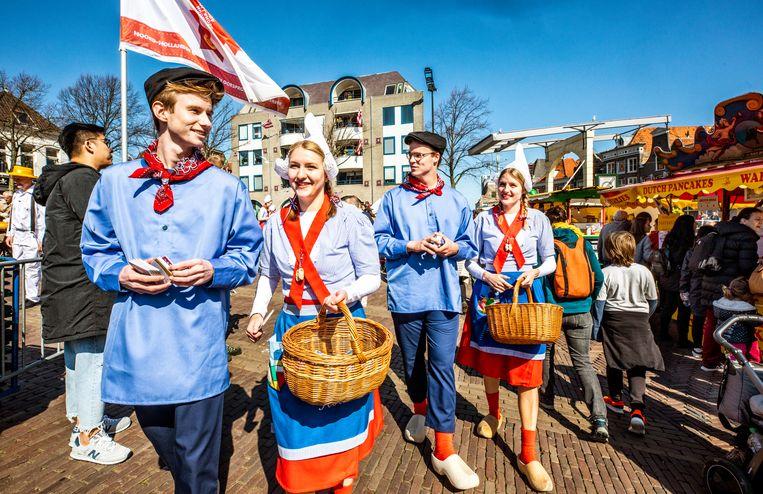 Kaasjongeren in Alkmaar. Beeld Raymond Rutting / de Volkskrant