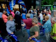 Dringen voor de nieuwe Aldi in Wielwijk