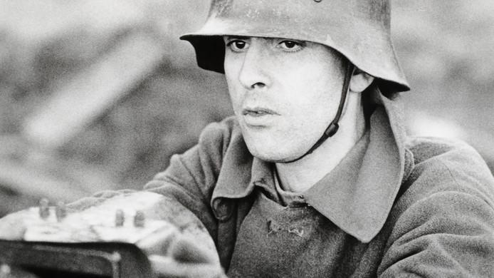 Jules Deelder als Duitse soldaat in Het Veld van Eer, een film uit 1983 van de Rotterdamse regisseur Bob Visser.