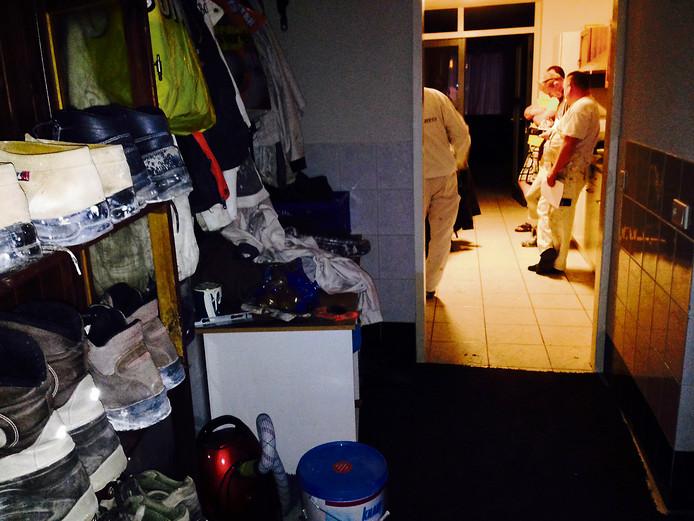 Leden van het PIT-team onderzoeken een woning in Helmond (archieffoto).