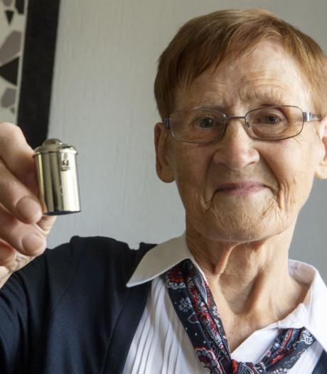 Elly Oude Lentferink uit Enschede stopt na 70 jaar met collecteren: 'Ik kan de bus niet meer tillen'