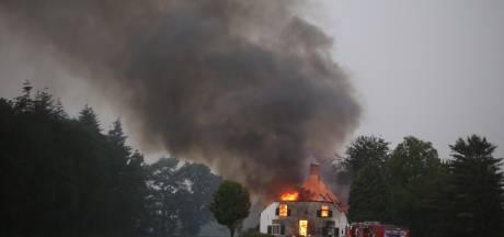 Noodweer treft grote woonboerderij in Esch: bliksem slaat in, huis brandt helemaal af