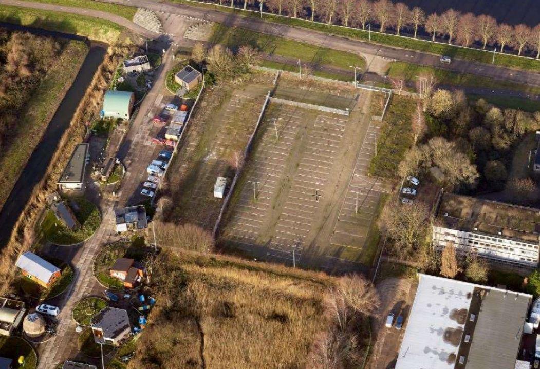 Het parkeerterrein van de voormalige milieustraat aan de Poeldonkweg biedt plaats aan vijftig woningen.