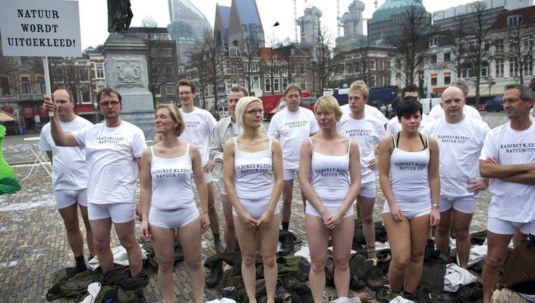 Een groep boswachters gaat woensdag in Den Haag uit de kleren. Ze protesteren hiermee tegen de plannen van het kabinet om te stoppen met het aanleggen van natuurverbindingszones in Nederland. Foto: anp Beeld