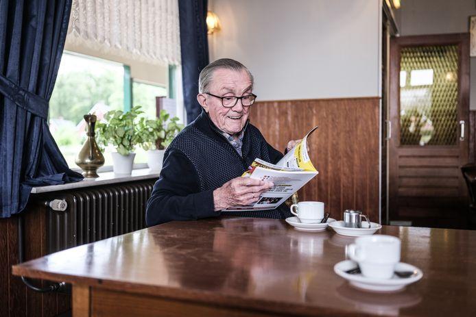 Bennie Fonhof bladert door het jubileumboek. Foto jan van den brink