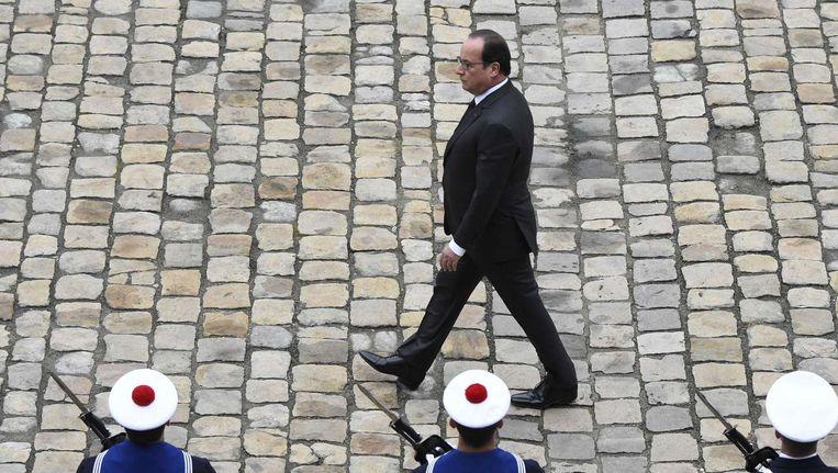 Francois Hollande inspecteert de troepen tijdens een militaire ceremonie. Beeld afp