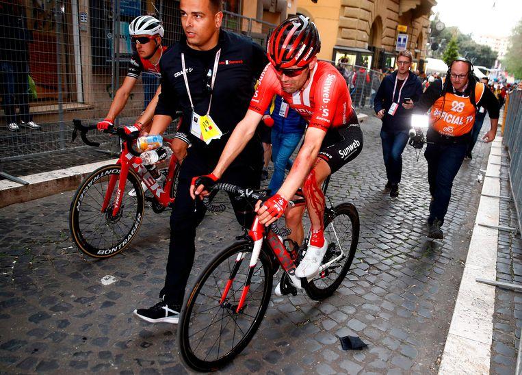 Tom Dumoulin met een fors bloedende knie. Beeld AFP