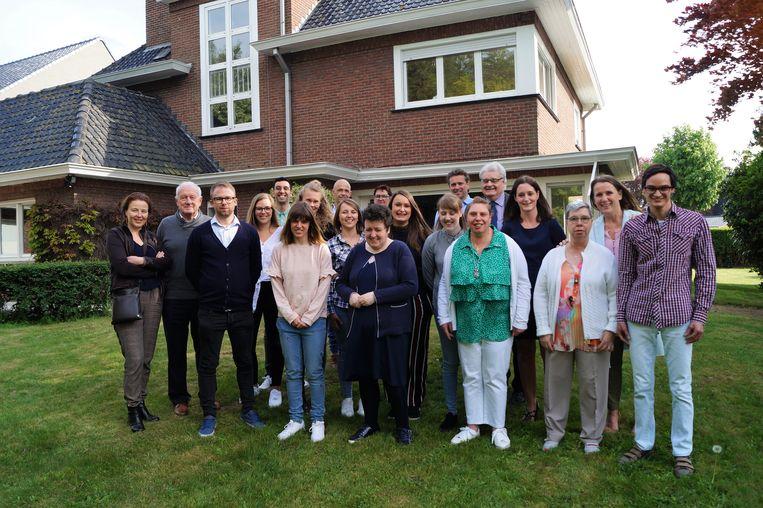 Mivalti neemt 'Huis 15' in de Joos de ter Beerstlaan in Pittem in gebruik. Vijf personen met een beperking (vooraan op de foto) wonen er voortaan.