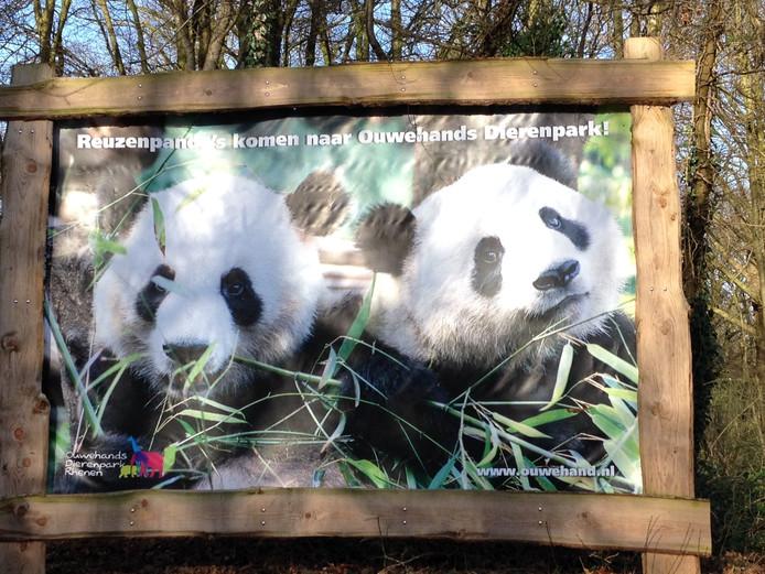 Bord dat de komst van de reuzenpanda's aankondigt bij Ouwehands Dierenpark Rhenen.