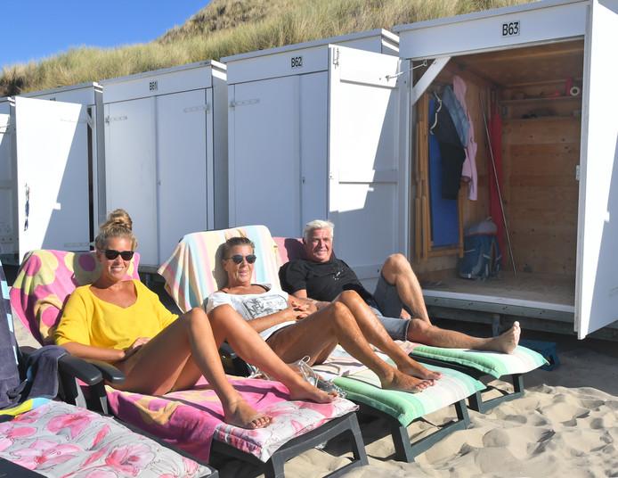 Kim, Linda en Luc (vlnr.) namen het er dit weekend nog even van voordat hun strandhuisje wordt weggehaald.