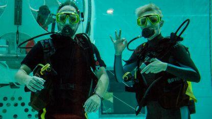 Raf en Rani presenteren hun radioshow een uur lang van onder water