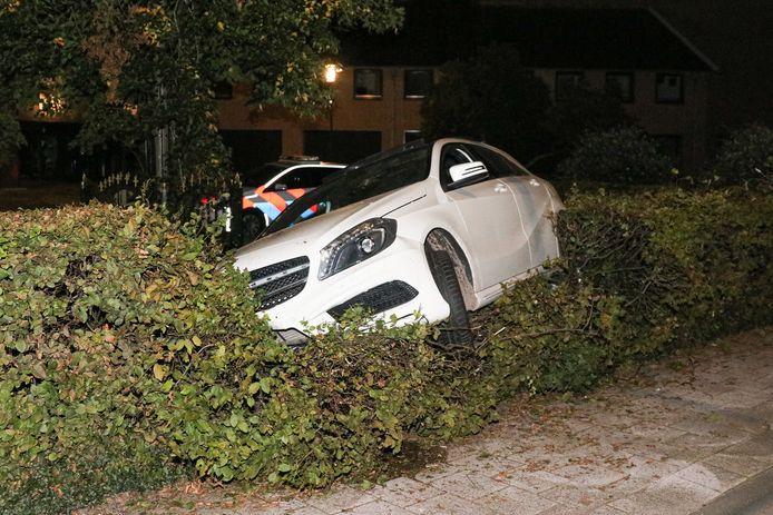 De witte Mercedes die vannacht rond 02.00 uur in de heg voor het gemeentehuis op Urk belandde.