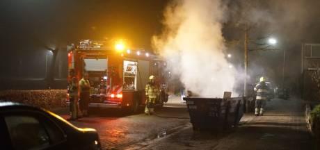 Brandweer blust brandende container en vuilniszakken, vermoeden van brandstichting