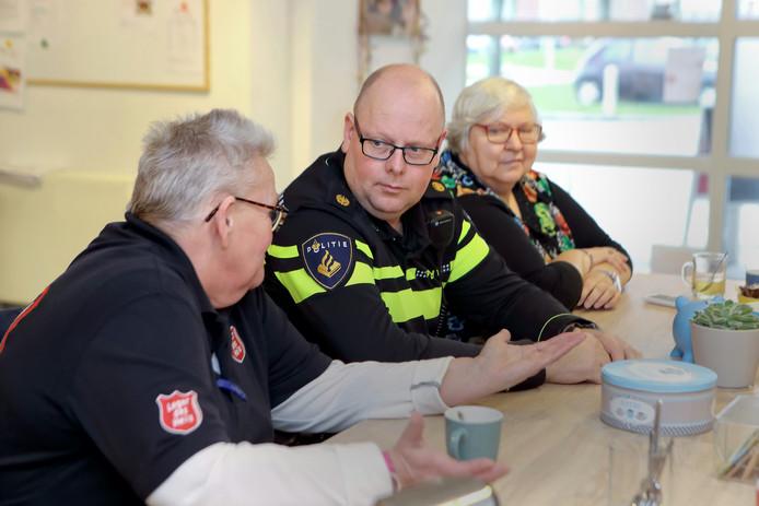 Wijkagent Paul Gabriels in gesprek met bewoners aan de Plejadenlaan in Bergen op Zoom-Oost.
