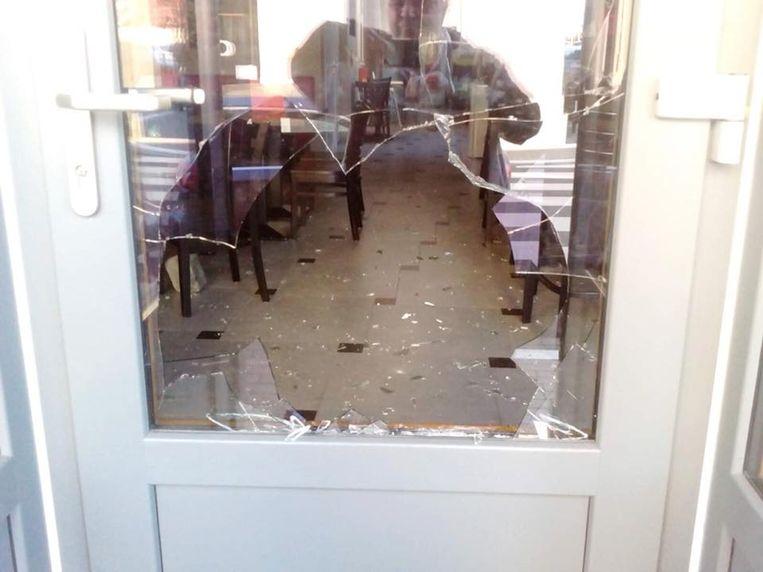 Het raam werd ingegooid met een kasseisteen.
