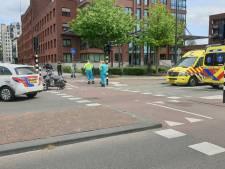 Scooterrijder raakt gewond na botsing met fietser voor de Alphatoren in Enschede