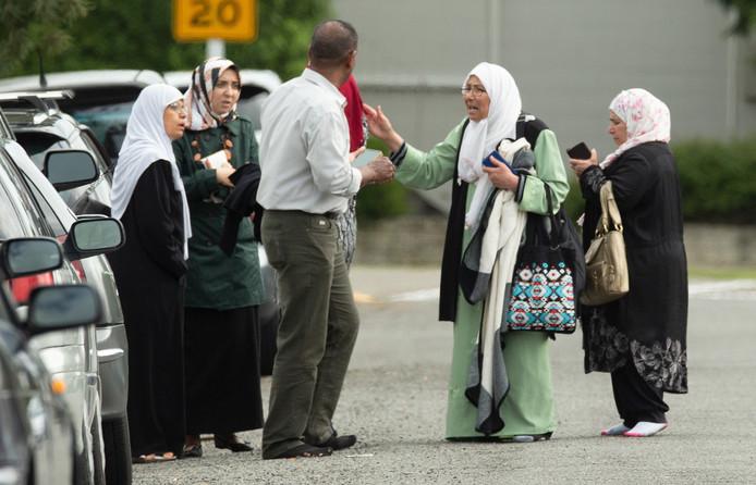 Geschokte familieleden verzamelen bij een van de getroffen moskeeën.