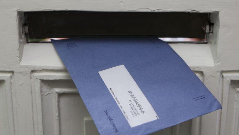 De bekende blauwe envelop van de Belastingdienst. Beeld null