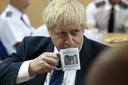 Boris Johnson tijdens een bezoek aan een gevangenis in Leeds eerder deze week, waar hij koffie dronk uit een mok van de gevangenis.