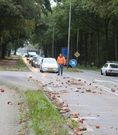 Vrachtwagen verliest lading puin op Amsterdamsestraatweg in Baarn