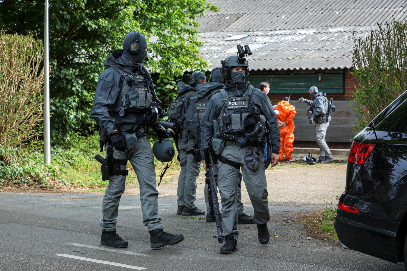 Veel politie bij de inval in het drugslab in Drempt.