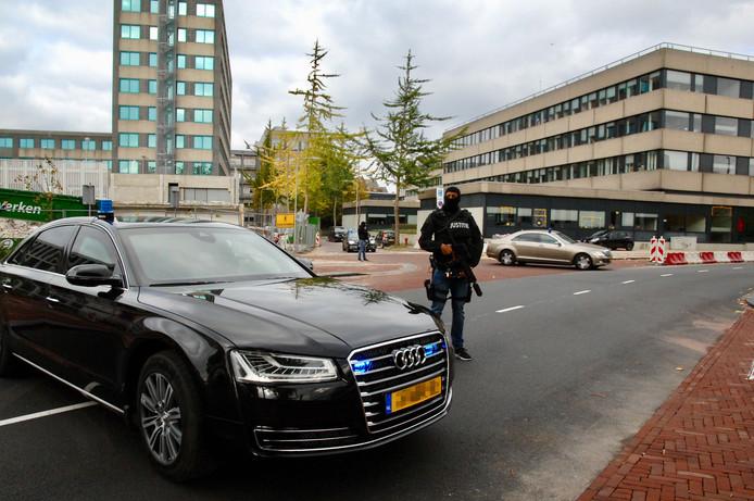 Een zwaarbewapende agent op straat vrijdagmiddag in Arnhem.