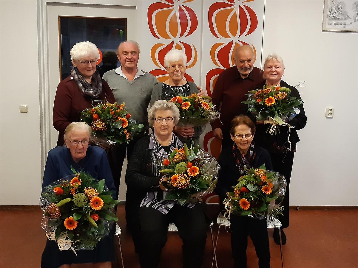 Hendrikje Fikse-Van Loo zit in het midden, met naast haar mevrouw Van Egteren-Doornewaard (links) en mevrouw Tombal-Vredenburg. Boven, van links naar rechts: mevrouw Reezigt-Fransman, de heer en mevrouw Wessels, en de heer en mevrouw Van de Wetering.
