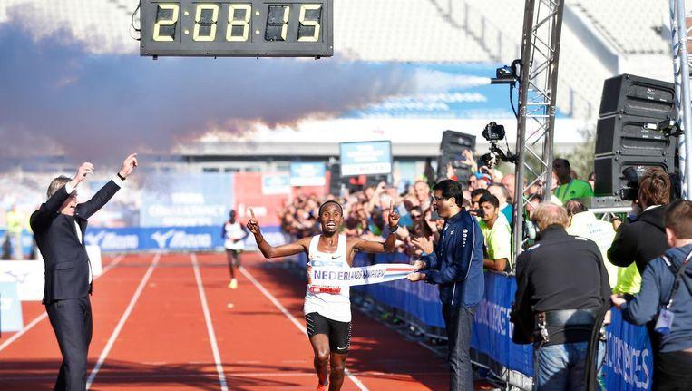 Abdi Nageeye in 2017 bij de finish van de marathon van Amsterdam. Beeld ANP