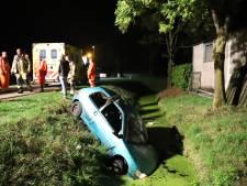 Twee gewonden bij eenzijdig ongeluk: auto duikt in sloot in Enspijk