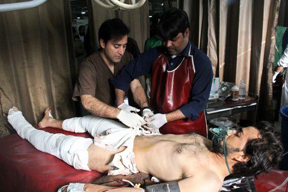 Een gewonde man na de bomaanslag van vrijdag op een drukke markt in de Orakzai-regio in Pakistan.