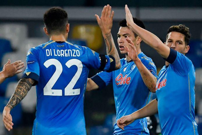 Hirving Lozano (midden) viert de 2-0 met Giovanni Di Lorenzo (l) en Dries Mertens.