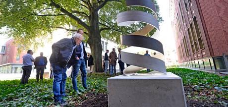 Saxion-studenten verbinden in Enschedees monument leven en dood met licht