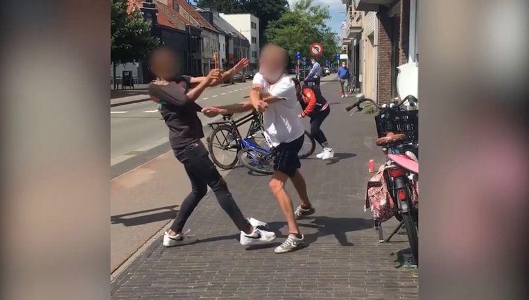 De moeder van de 14-jarige jongen (links) in het filmpje reageert erg emotioneel op het incident