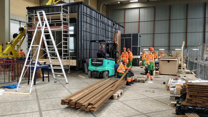 Het duurzame huis van Sjors, Thijs, Robin en Jason is in Nederland al eens helemaal opgebouwd.