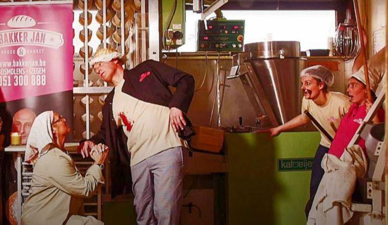 Een scène uit 'Moord op de bakker' in Iedereen Beroemd.