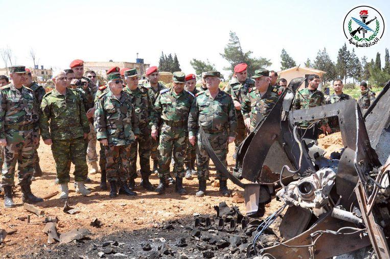 De chef-staf van het Syrische leger, Ali Abdullah Ayyoub, bezoekt samen met andere militairen Al-Sharyat om de schade te inspecteren. Beeld AFP