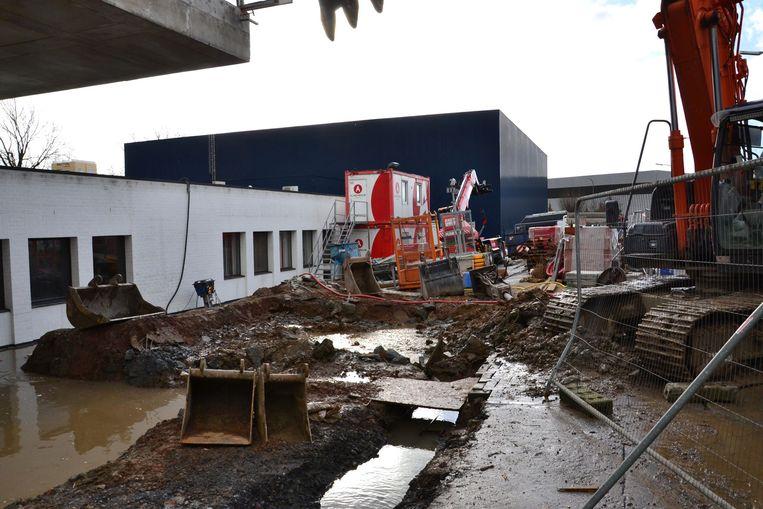 Het waterlek situeerde zich vlak voor de gebouwen van Du Caju Printing.
