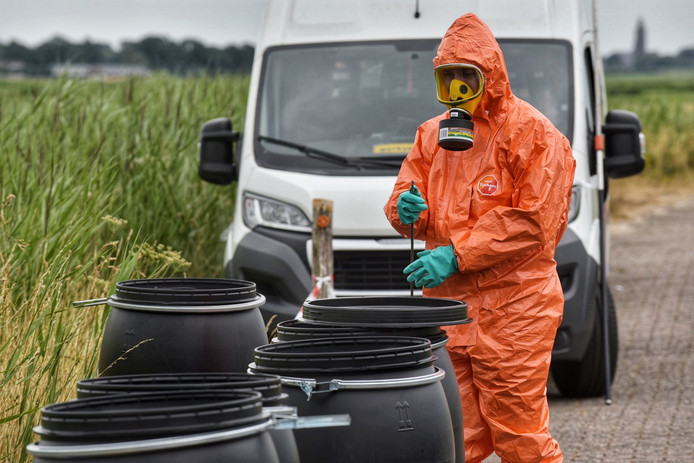 Specialisten ruimen het drugsafval op in Teteringen.