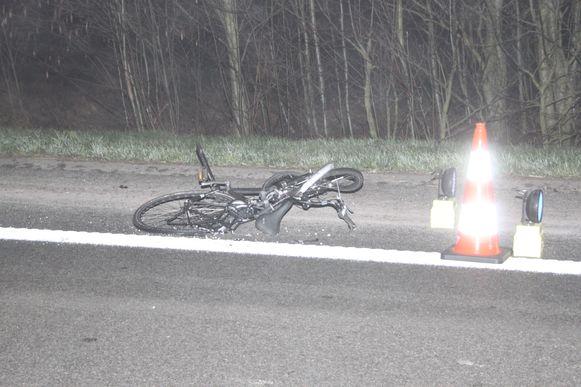 De fiets van Nicolas werd tot op de pechstrook geslingerd.
