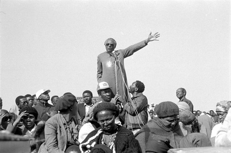 De Zuid-Afrikaanse Nobelprijswinnaar en aartsbisschop Desmond Tutu geeft in de zomer van 1985 een preek bij een begrafenis.  Beeld Hollandse Hoogte