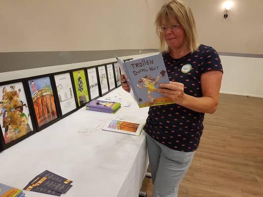 Bredase illustrator Judith Zijtregtop leest voor uit een van de kinderboeken met haar tekeningen.