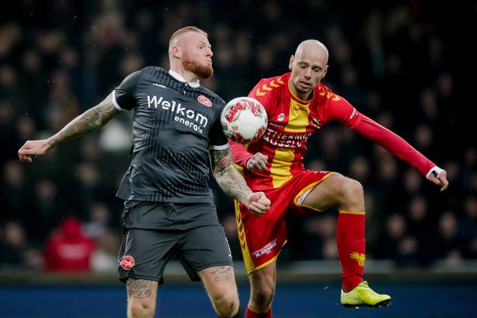 Voormalig Go Ahead-spits Thomas Verheydt (l) namens Almere City in duel met Elmo Lieftink.