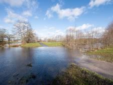 Overstromingen door Regge bij Nijverdal: 'Heb water in 70 jaar nooit zo hoog gezien'