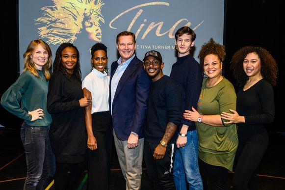 De cast van TINA, de Tina-Turner-Musical, met in het midden producent Albert Verlinde en naast hem links hoofdrolspeelster Nyassa Alberta die de rol van Tina Turner speelt.