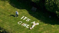 """Koppel onthult geslacht van baby tijdens de Ronde tegen Corona: """"It's a girl"""""""