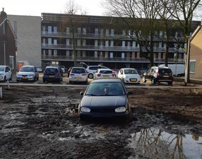 De bestuurder reed zichzelf vast in een modderpoel aan de Tobias Asserlaan.