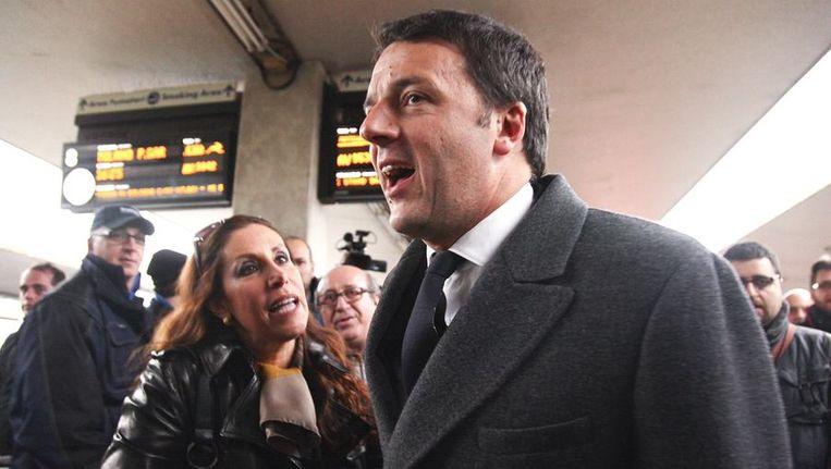 De beoogde Italiaanse premier Renzi gisteren na een treinreis bij aankomst op het station van Florence. Beeld reuters
